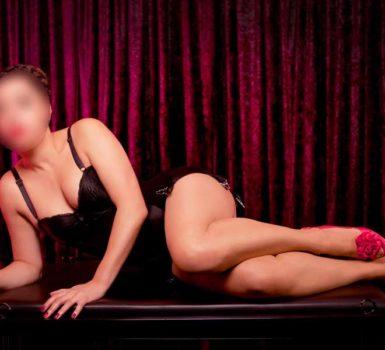 Mistress di Bologna col suo gran seno e i tacchi rosa