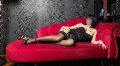 Bellissima Mistress Maura di Napoli sul divano