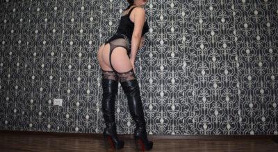 Mistress di Reggio Emilia in posa a 90 gradi