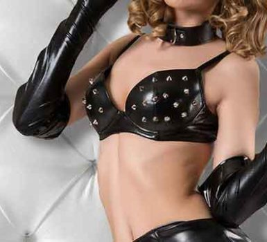 Mistress Trans Siria nel letto con la frusta